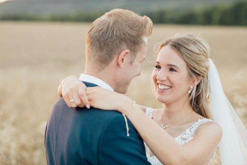 Sommerhochzeit-Hochzeitsreportage-067-Brautpaar-Paarfotos-Hochzeit-Abendlicht-auf-Feld-romantisches-Portrait