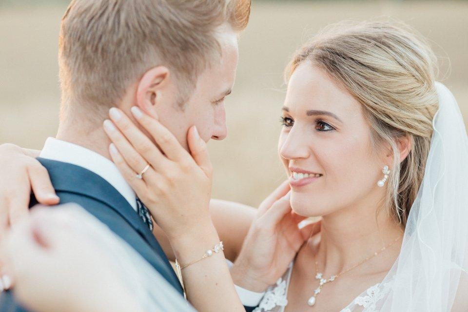 Sommerhochzeit-Hochzeitsreportage-068--Brautpaar-Paarfotos-Hochzeit-Abendlicht-auf-Feld-romantisches-Portrait