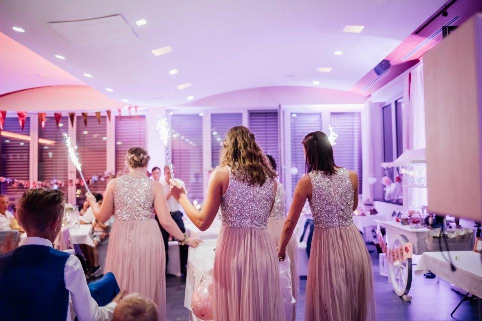 Sommerhochzeit-Hochzeitsreportage-071-Party-Brautjungfern